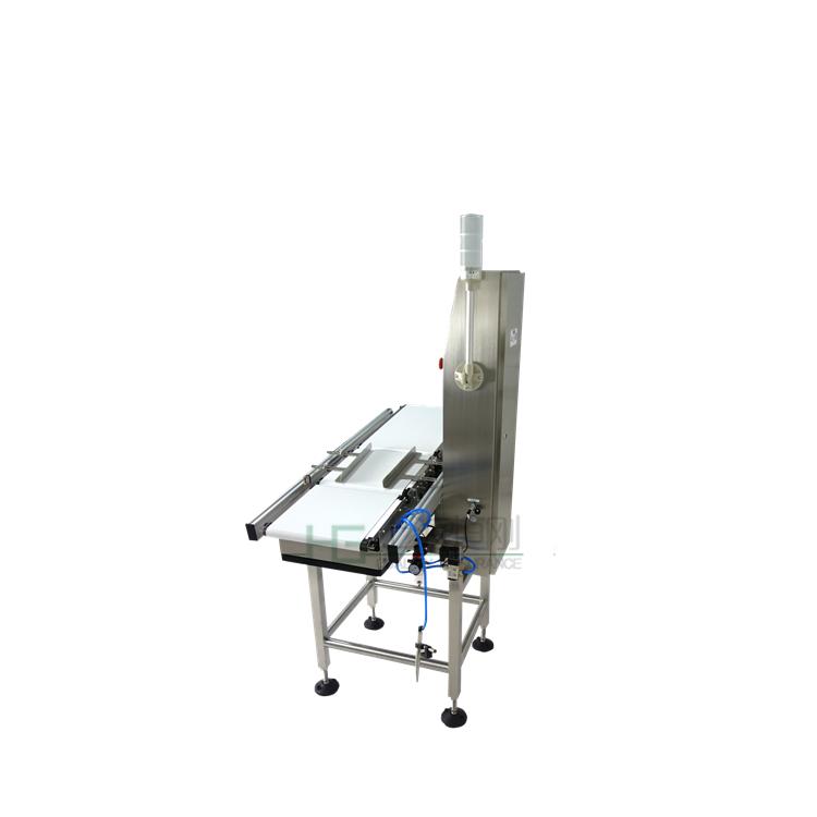 分选秤功能:                                                                                    1.加强型不锈钢机架;全面防水设计。  2.采用德国HBM高精度传感器;基于高速的数字信号处理技术,实现高速,稳定检测。                                        3.动态重量自动补偿技术;零点自动分析和跟踪技术。  4.50组产品预设;简便的产品编辑和储存。  5.快速产品切换和自动调整相对应的产品分选速度。  6.便捷的USB检测数据复制储存功能(可选)。  7.彩色LED触摸操作系统,多语言操作界面,操作简便。  8.可选配扫描系统及自动喷码机。
